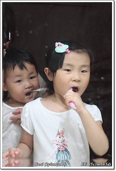 姐姐教底迪刷牙.JPG