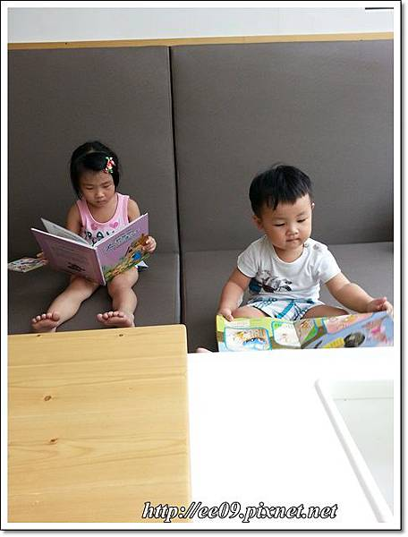 兩個孩子看繪本