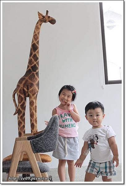 兩孩子與長頸鹿.JPG