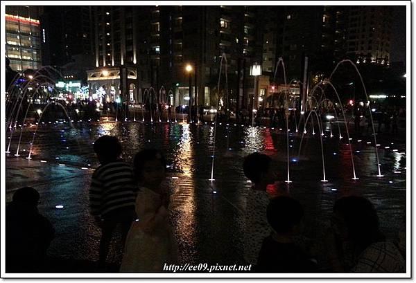 夜間噴泉.jpg