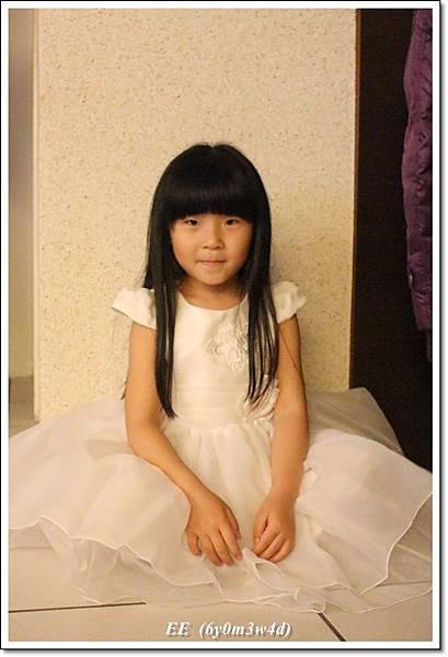 EE穿白色小禮服-1.JPG
