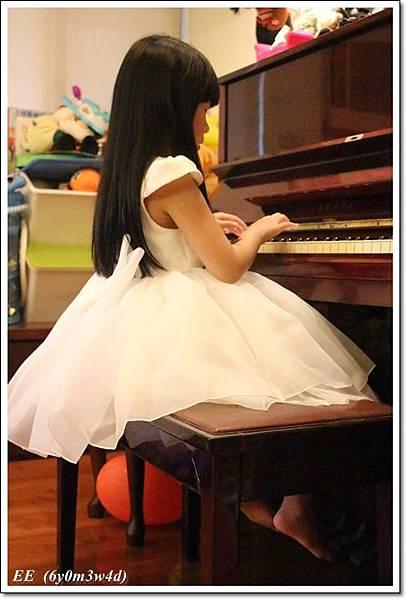 EE穿白色小禮服-2.JPG