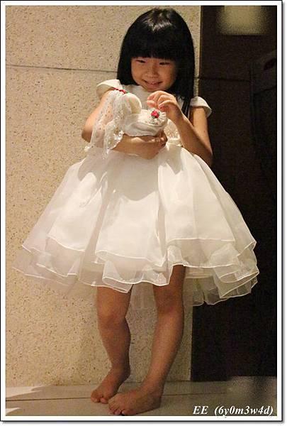 EE穿白色小禮服-4.JPG