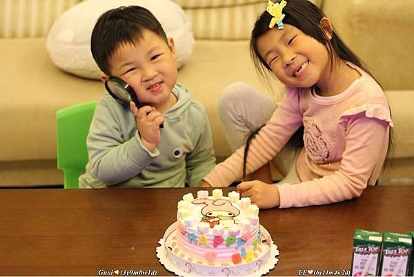 20160223姐弟裝可愛蛋糕前.JPG