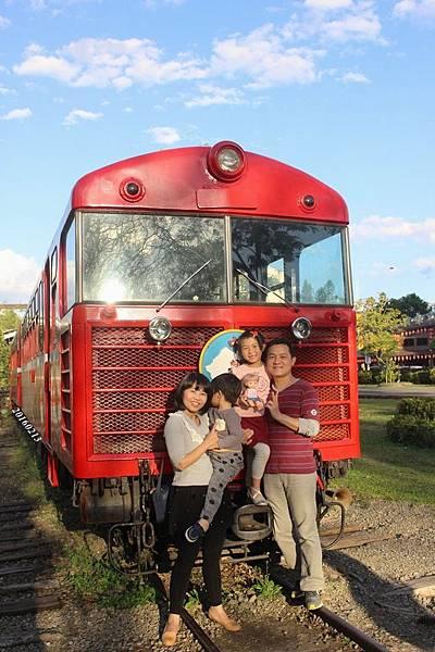 0213火車前全家福(加日期)
