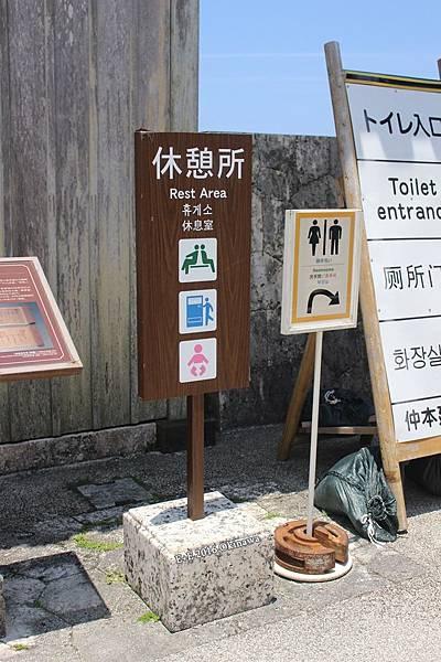 0729-31 首里城正殿前有休憩所.JPG
