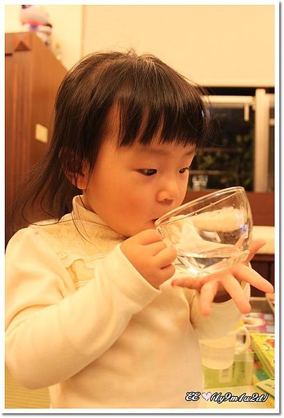 捧著杯子小心喝水.jpg