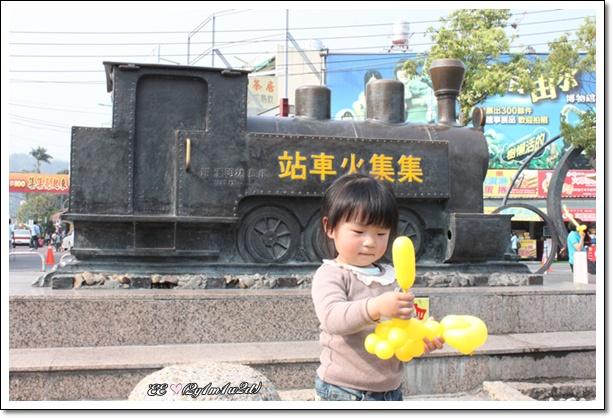 EE在集集車站小火車前.jpg