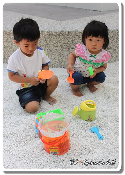 兩小孩戲沙-1.jpg
