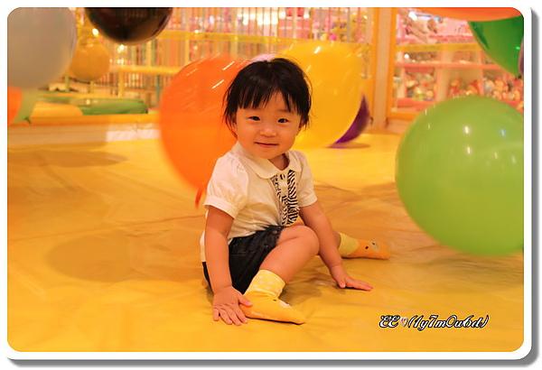 玩氣球超開心的EE.jpg