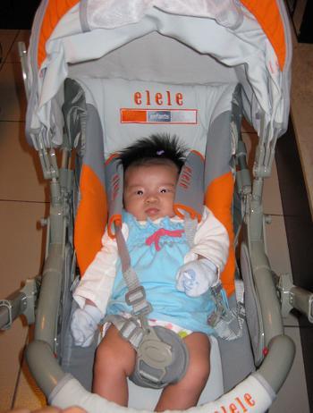 (縮)EE坐嬰兒車.jpg