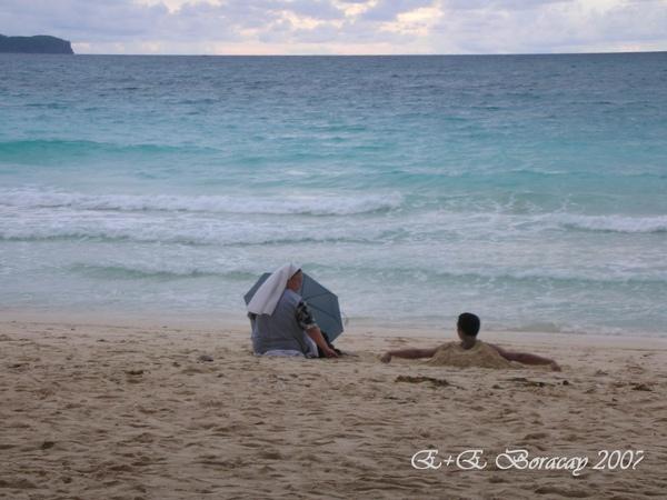 Boracay修女也享受沙灘.jpg
