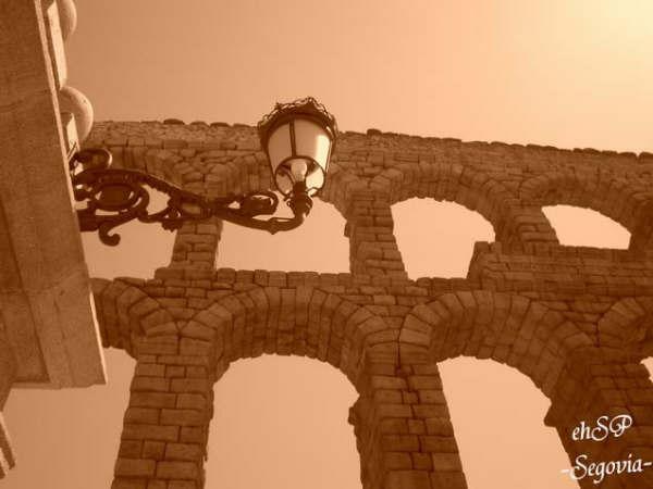 Segovia 復古街燈與Acueducto Romano.jpg