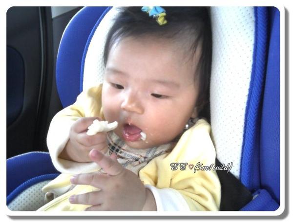 0802EE車上吃米餅.jpg