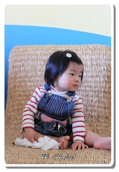 EE在藤椅上.jpg