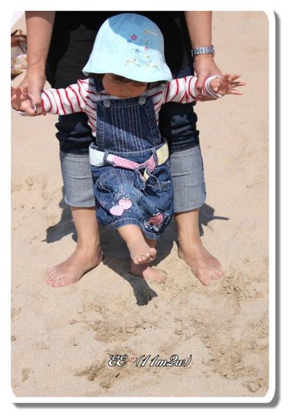 踩在沙上(框).jpg