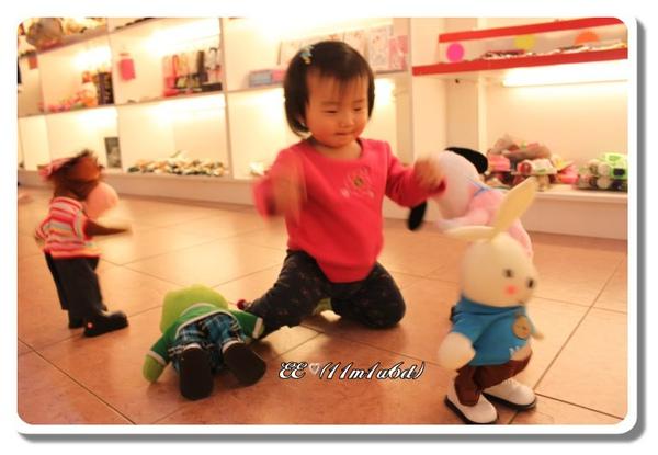 EE與跳舞玩具-2(框).jpg