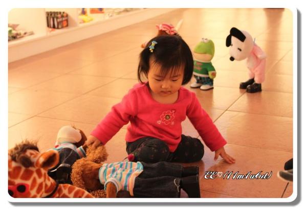 EE與跳舞玩具-3(框).jpg