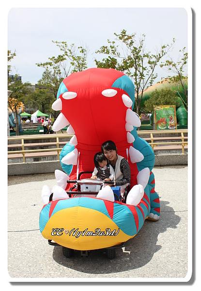 坐在恐龍車裡.jpg