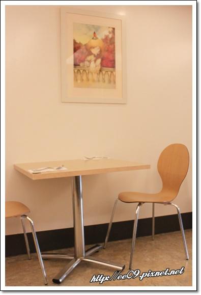 較陽春的一側桌椅.jpg
