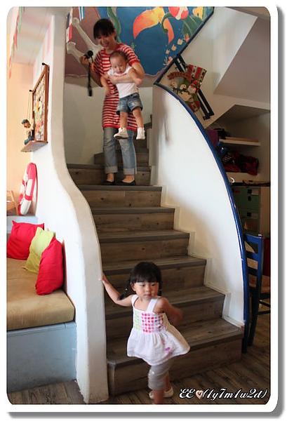 兩娃爬樓梯媽媽辛苦(縮).jpg