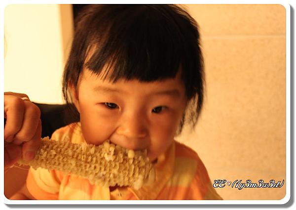 第一次啃玉米.jpg