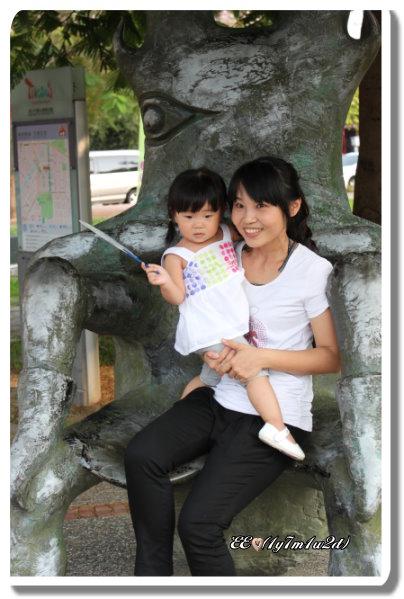 母女與獨角仙椅(近).jpg