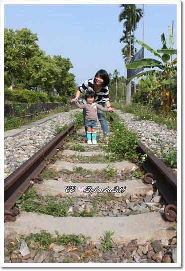 母女鐵軌上合照.jpg