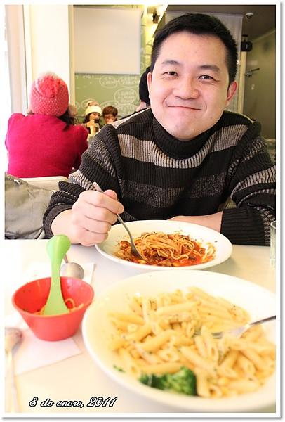 Eric吃pasta.jpg