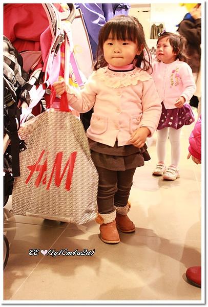 背後哭要買衣的小孩.jpg