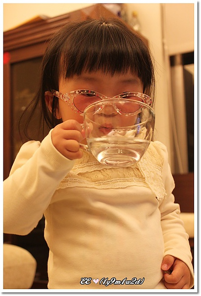 戴眼鏡自己拿茶杯喝水.jpg