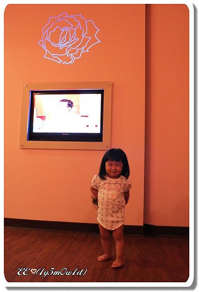 EE電視牆前.jpg