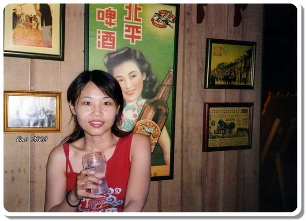 2002迪迪小吃Emi與海報.jpg
