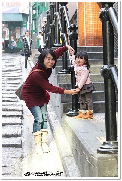 石板路母女共舞(近).jpg