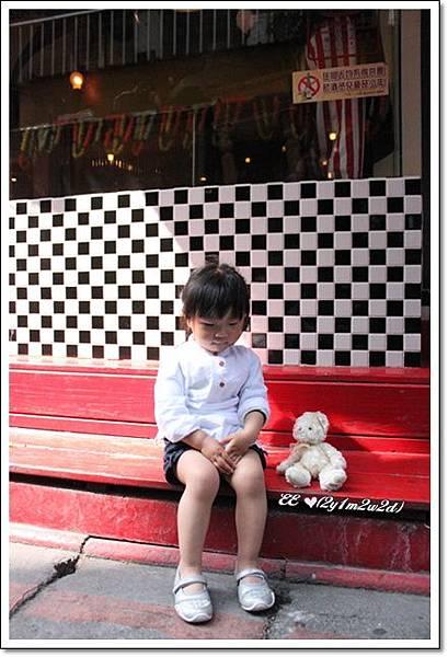 EE坐在 EVAN店前.jpg
