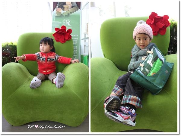 兩娃在梨子綠沙發.jpg