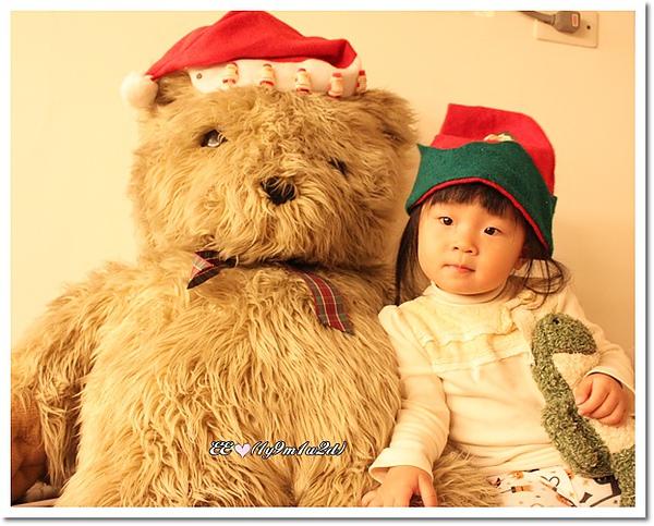 戴耶誕帽與熊合照.jpg
