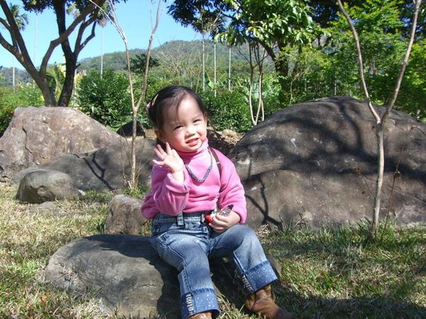坐在小石子上照相