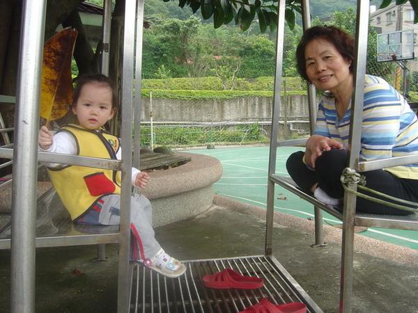 和阿媽在搖椅上乘涼
