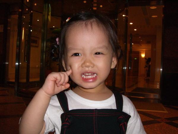 在華國飯店外面照相
