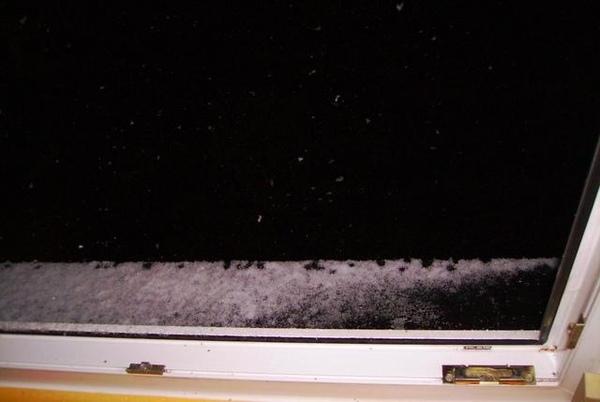 窗台很快就積了雪