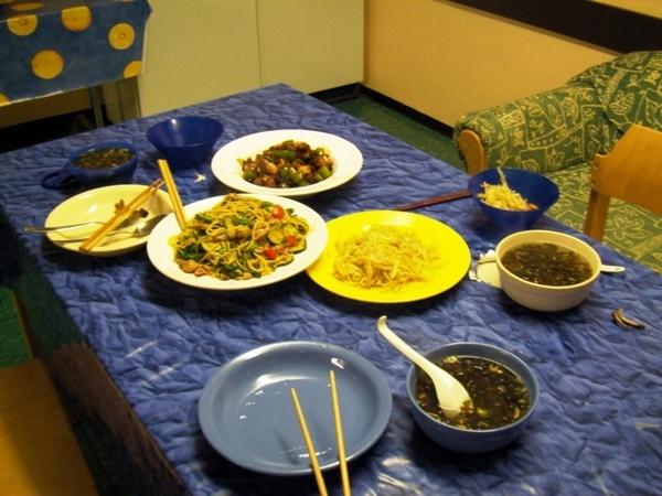 今天的菜色是上海炒麵+炒雞翅+醋溜馬鈴薯絲