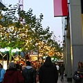 整條街擠滿人