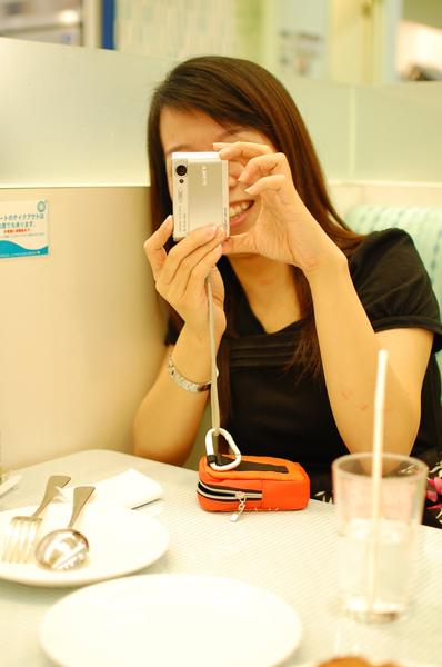 """我的SONY小可愛相機, 跟那台單眼比... 規模差很多! 回台灣我也要來去""""物色一台單眼""""~ UU"""