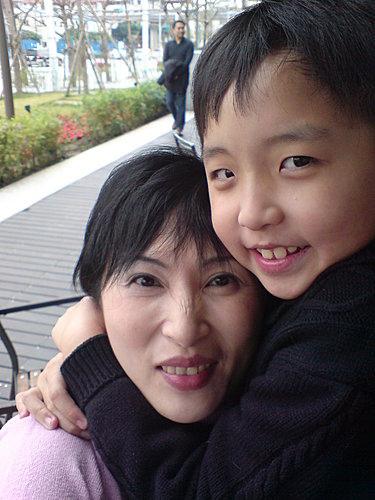把媽媽抱得好緊喔!臉都變形啦!(美麗華)