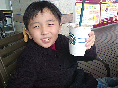 沒想到星巴克飲料好好喝喔…是芒果茶,不是咖啡唷!