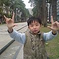 有沒有看過蜘蛛人的手勢?咻,就是這樣!(2007年2月台中科博館前)