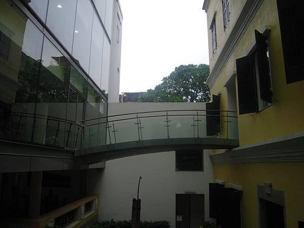 何東圖書館_兩棟不同時代及風格建築的連結.JPG