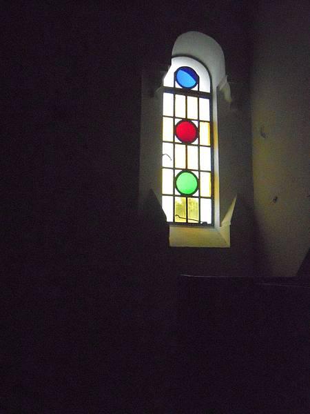 主教山聖堂_內部以簡單圓形為主的花窗.JPG