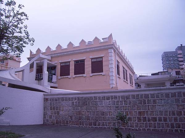 港務局大樓_屋頂上的雉堞式裝飾blog.JPG